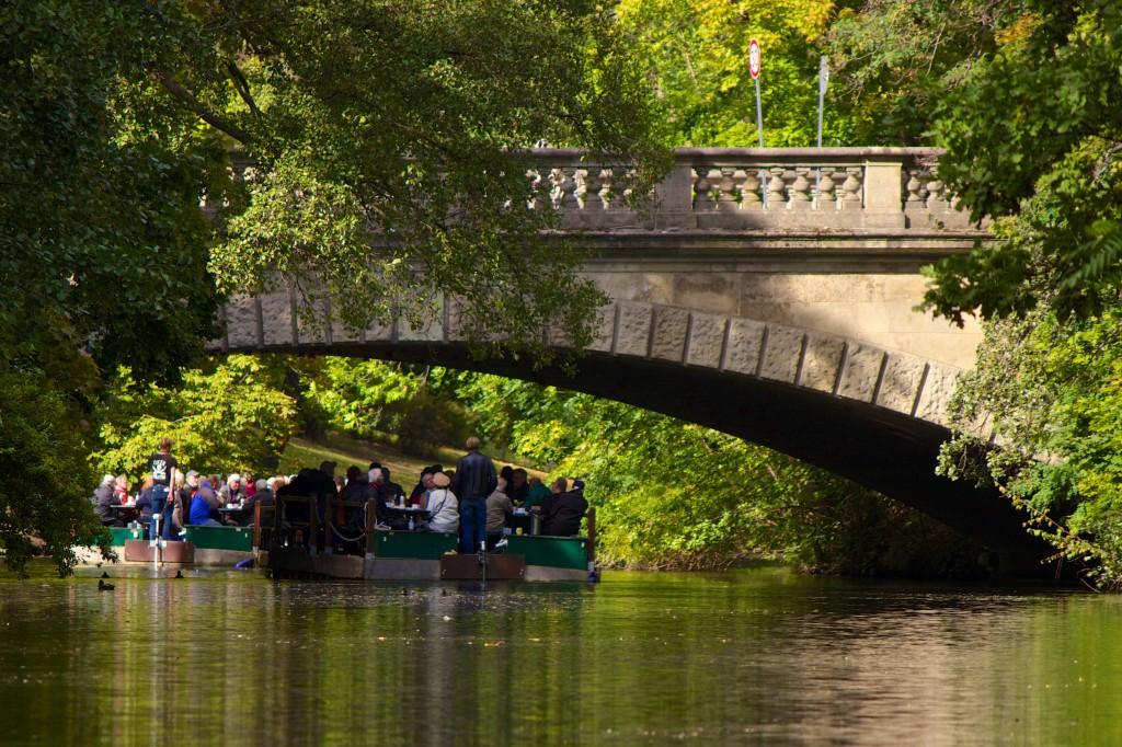 Floß auf der Oker durch einen Brückenbogen fotografiert.