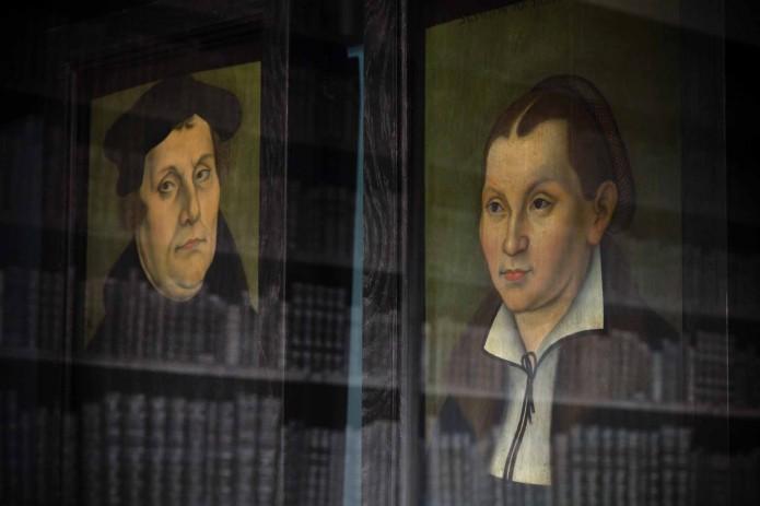 Die Thesen von Martin Luther (links) brachten den Menschen vor 500 Jahren Orientierung. Foto: A. Pröhle, BLM