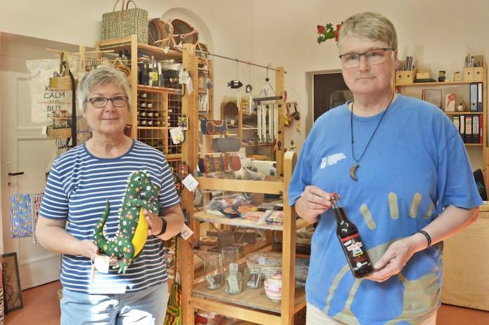 Die Lieblingsprodukte von Leni Kindermann und Magdalene Lichte-Dierks sind Kinderspielzeug und faire Cola. Foto: BSM