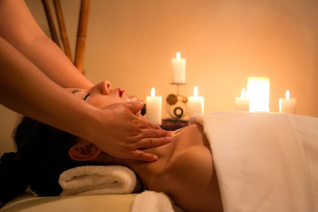 Eine entspannende Massage gehört zu einem Wellness-Tag einfach dazu. Foto: pixabay.