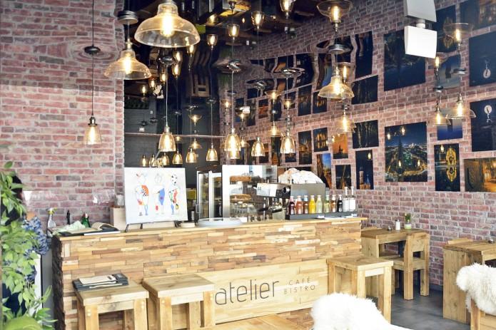 Durch die spiegelnde Decke im Atelier Café und Bistro verdoppeln sich die Lichter und wirken umso gemütlicher. Foto: BSM.