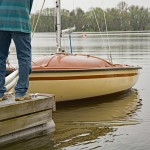 Ohne Segel ist nicht gut segeln, daher wird Tiramisu zunächst an der Vorleine in seine Liegebox gebracht. Foto: BSM