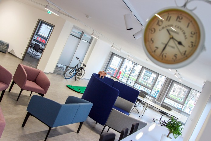 BlueWorking Coworking Space Open Space mit Uhr