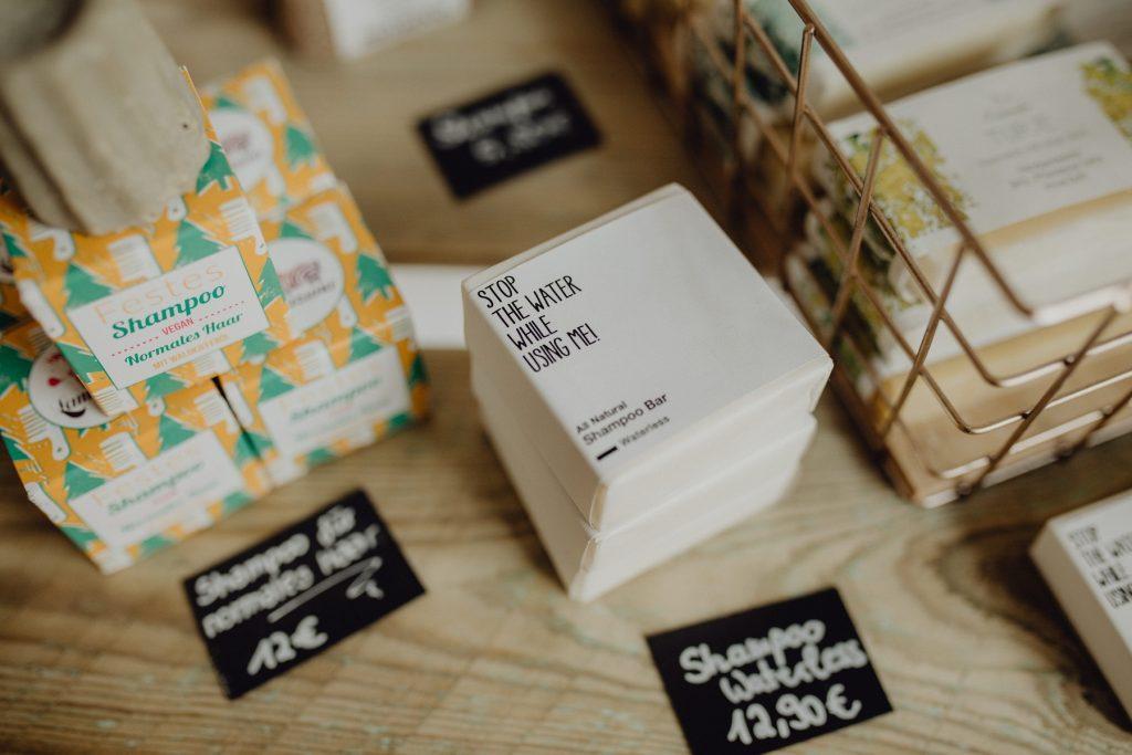 Produktfoto mit verschiedenen festen Shampoos, die wie Seife aussehen.