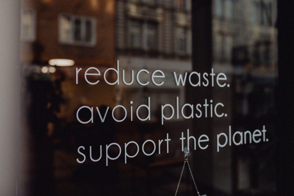 Nachricht auf der Fensterscheibe: reduce waste, aoid plastic, support the planet