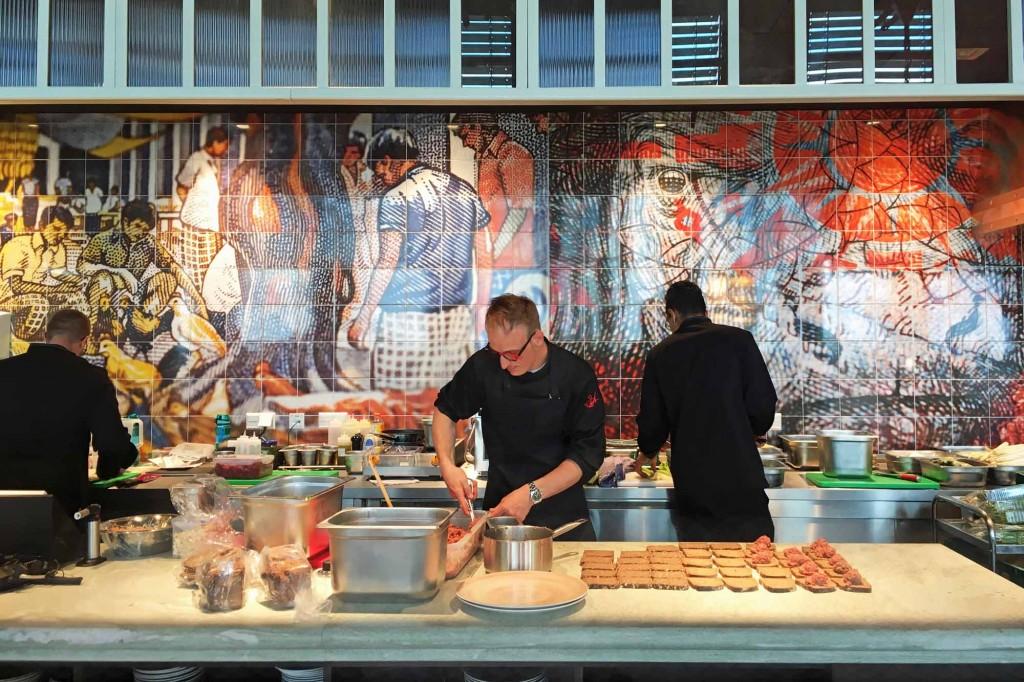 In der offenen Küche des Restaurant Überland richten die Köche die Gerichte vor den Augen der Gäste an. Foto: BSM