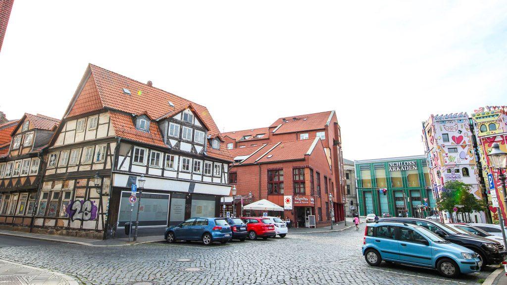 Foto mit Blick auf das älteste Fachwerkhaus (links) und das Happy Rizzi Haus (rechts).