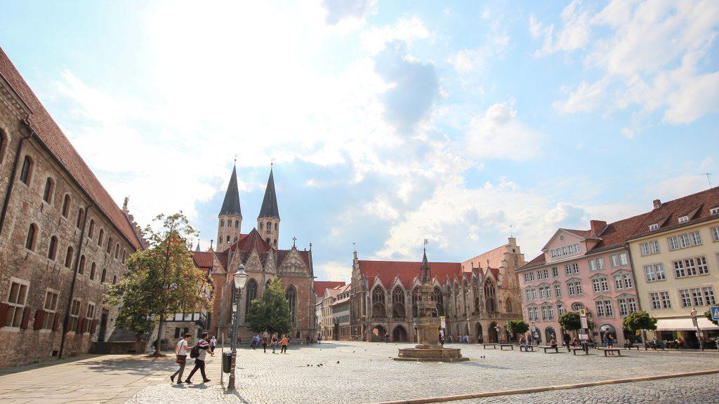 Braunschweiger Altstadtmarkt, in der Bildmitte der Marienbrunnen, von links im Uhrzeigersinn das Gewandhaus, die Martinikirche, das Altstadtrathaus und das Stichinelli-Haus.