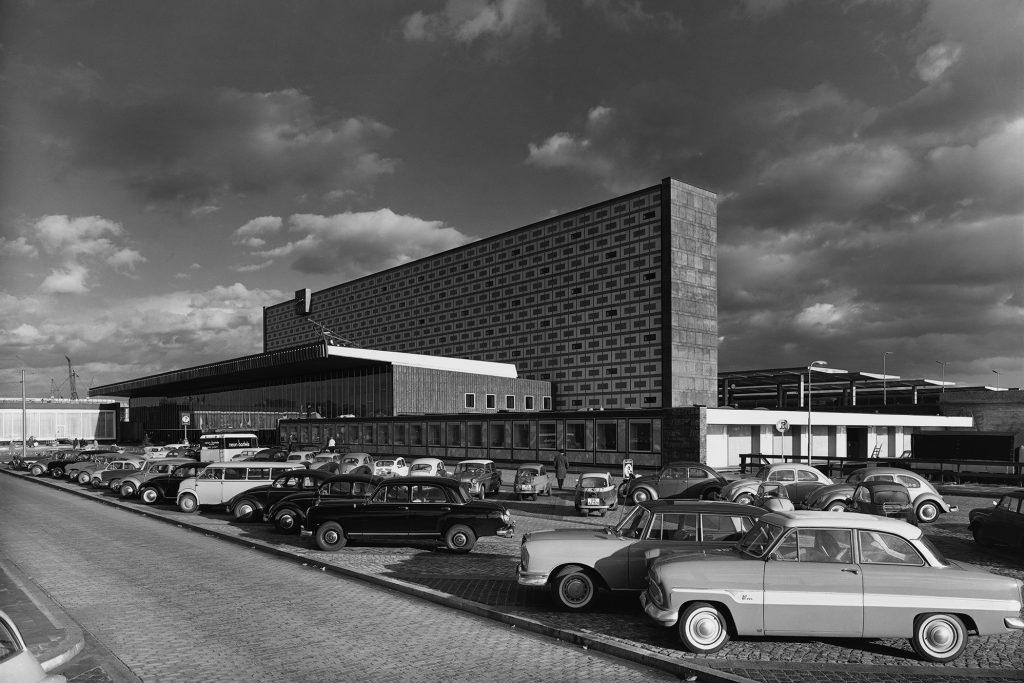 Mehrere Autos stehen vor dem Braunschweiger Hauptbahnhof. Bildaufnahme aus den 1960er-Jahren.