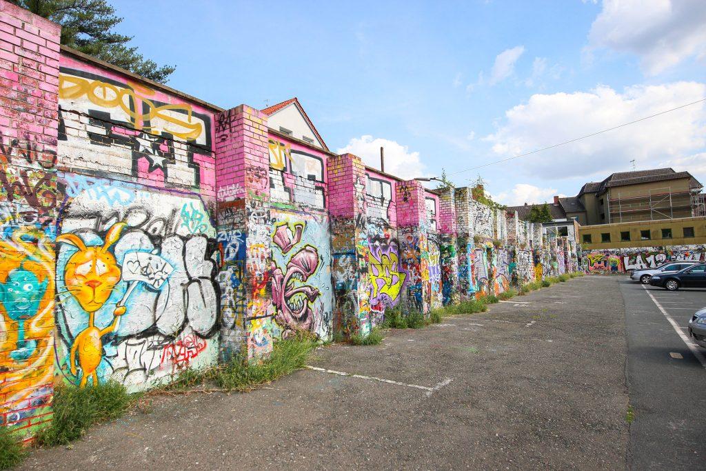 Bunte Graffiti-Mauer.