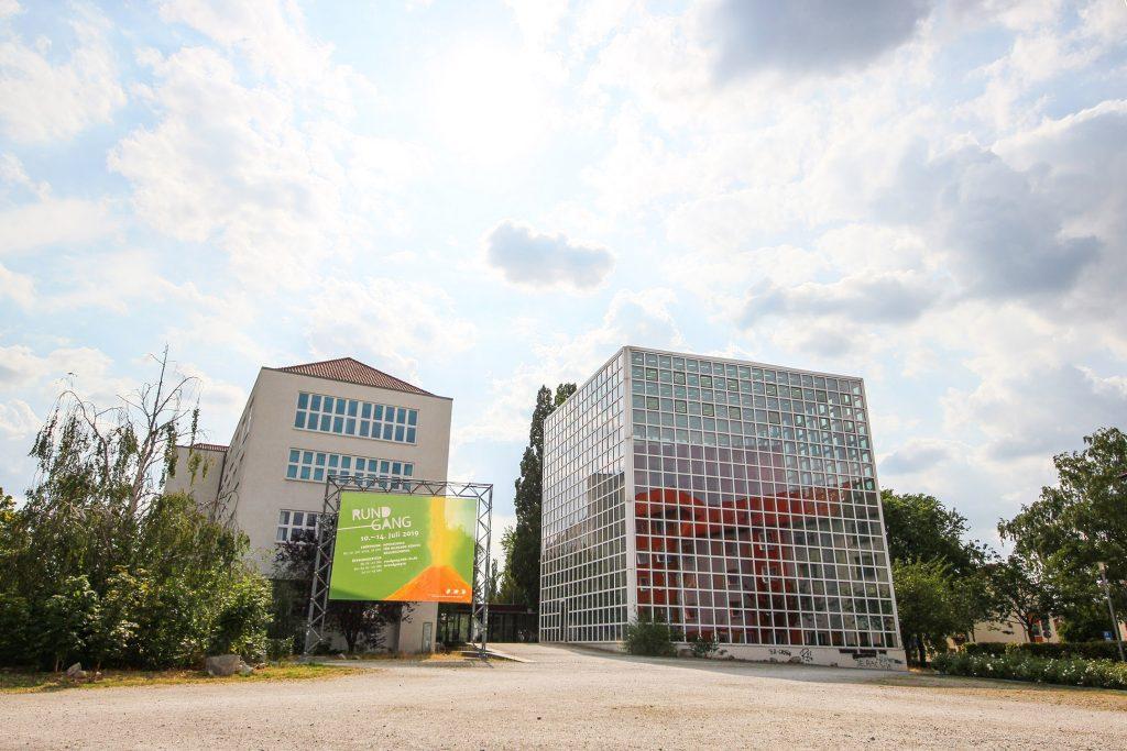 Bibliothek der Hochschule für bildende Künste Braunschweig: ein Kubus aus quadratischen Fenstern.