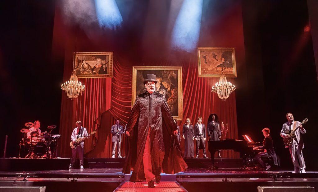 """Ein Darsteller steht bei dem Musical """"Hyper Hyper"""" auf der Bühne."""