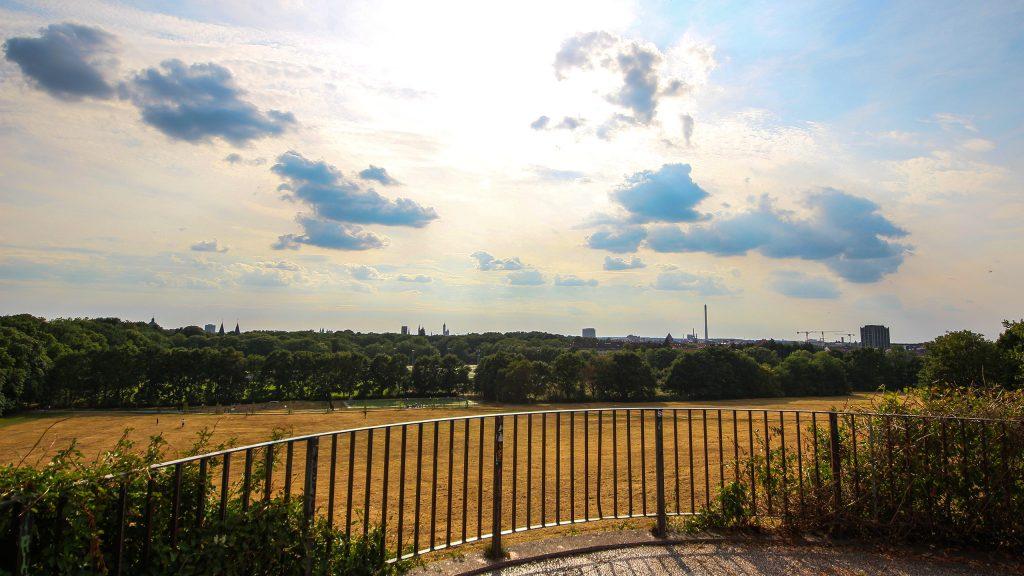 Aussicht über den Prinz-Albrecht-Park in Braunschweig. Am Horizont sind Kirchtürme und markante Gebäude zu erkennen.