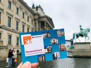 MuseumsCard vor dem Schlossmuseum