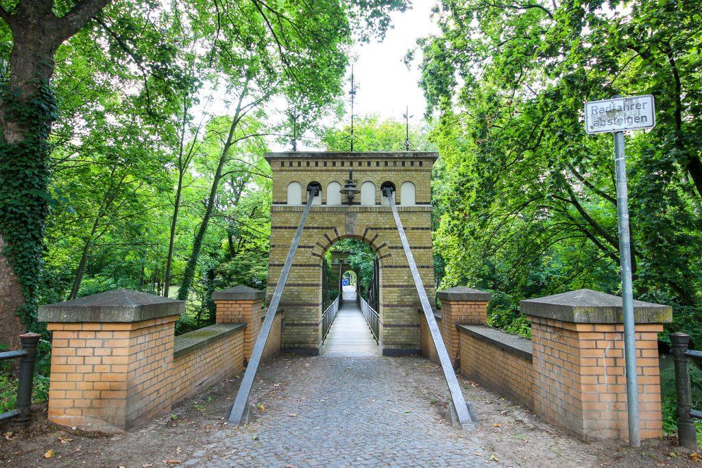 Sidonienbrücke in Braunschweig: gemauertes Portal mit Rundbogen, der auf die Brücke führt.