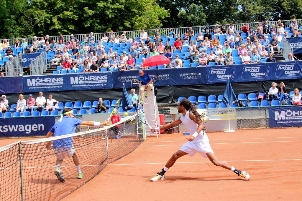 Zwei Tennisspieler auf dem Ascheplatz des Braunschweiger Bürgerparks.