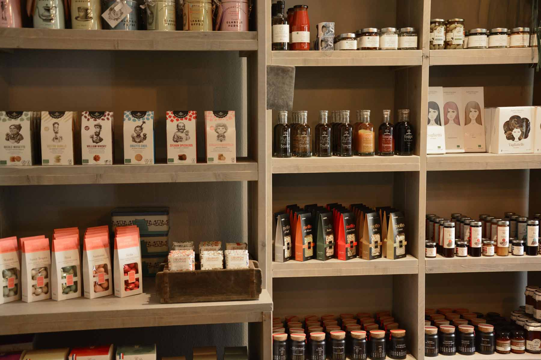 Im Regal stehen viele verschiedene Feinkostprodukte
