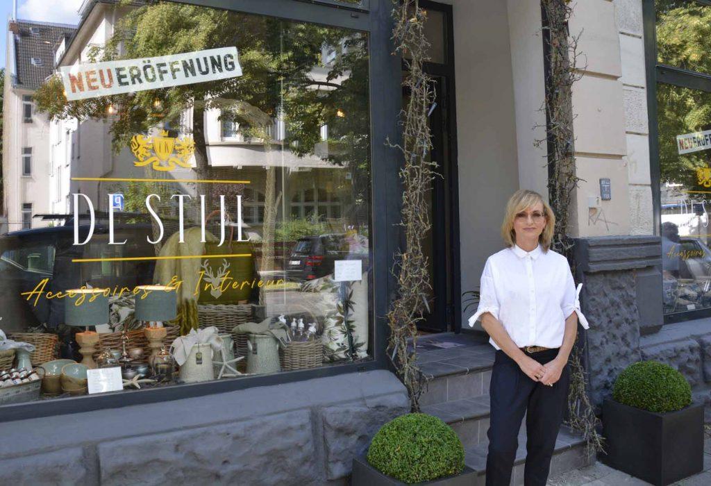 Tanja Korty steht vor ihrem Geschäft De Stijl in Braunschweig