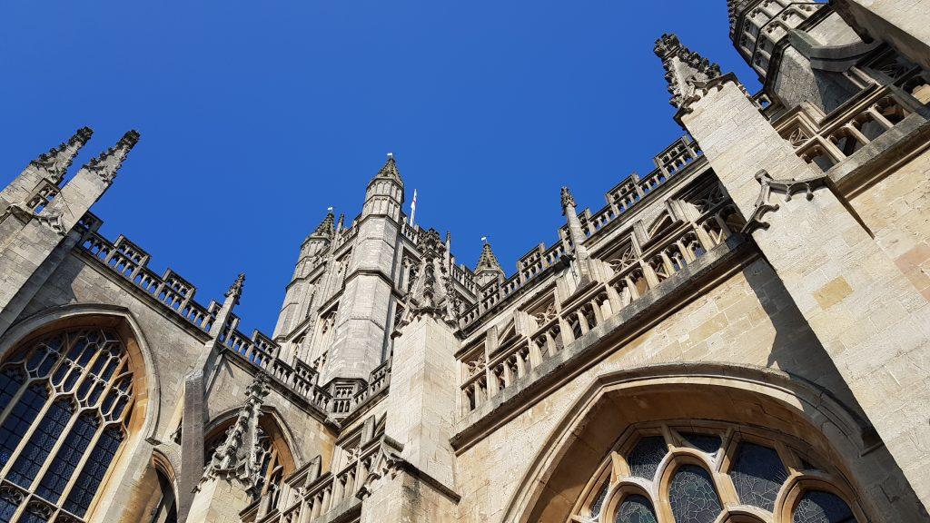 Bath Abbey vor blauem Himmel.