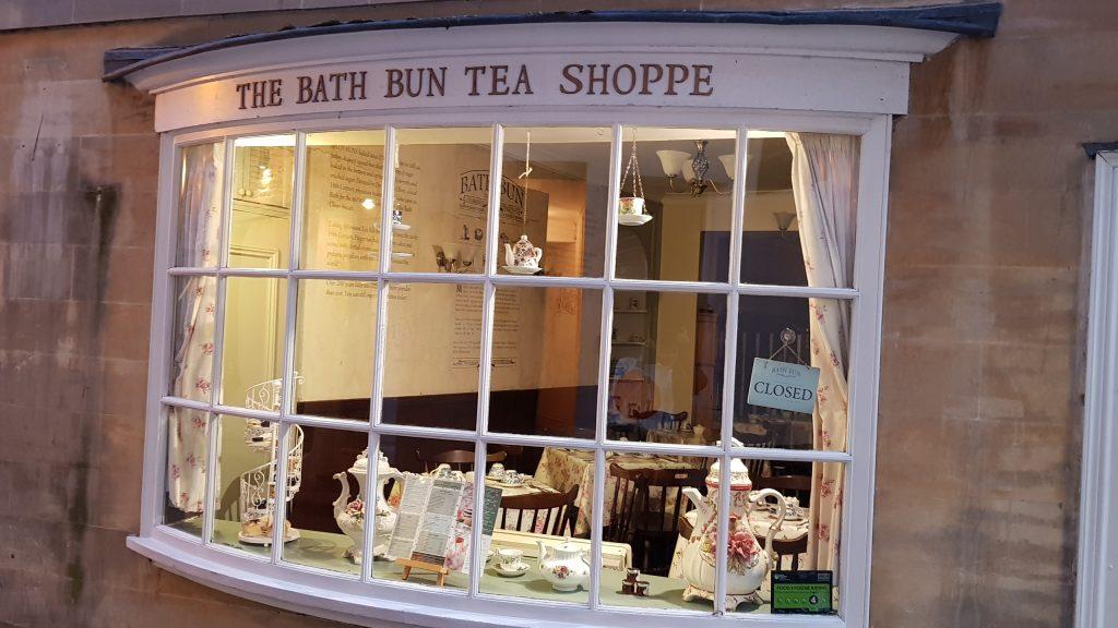 Beleuchtete Fensterfront eines Teeladens.