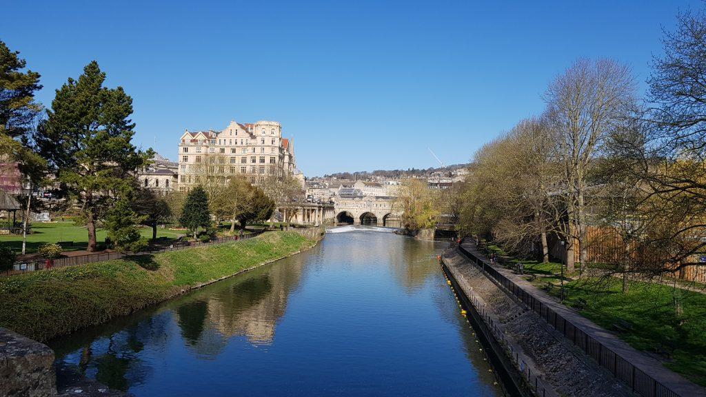 Brücke über Avon Kanal, in dem sich der blaue Himmel spiegelt.