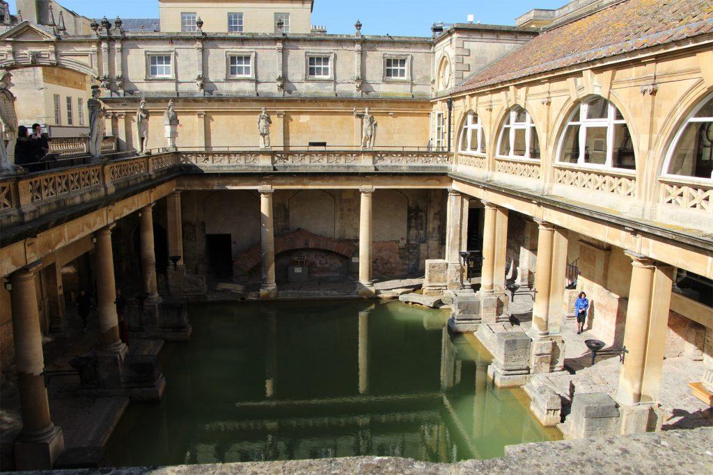 Sicht in Innenhof der Römischen Bäder in Bath: In der Mitte Wasser, umgeben von einem Säulengang.