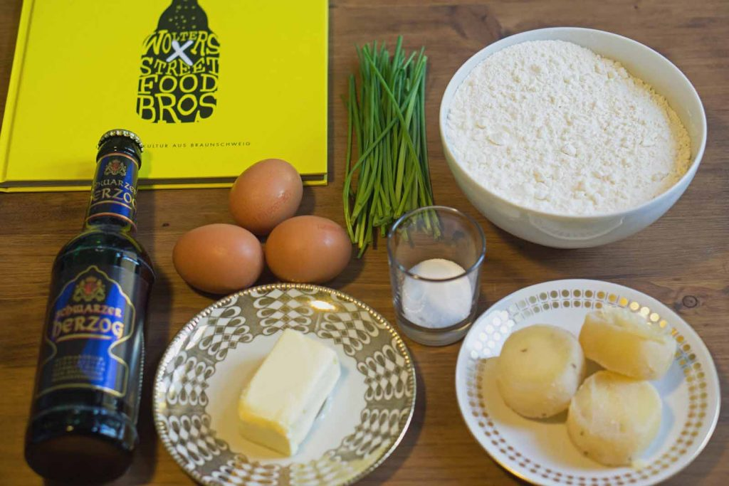 Zutaten für Käsespätzle mit Schwarzer Herzog: Mehl, Salz, Schwarzer Herzog, drei Eier, Butter, Harzer Roller und Schnittlauch