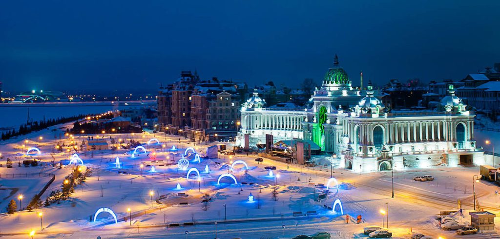 Blick auf den Palast der Landwirte im Winter in Kasan. Beleuchtete Dekorationen.