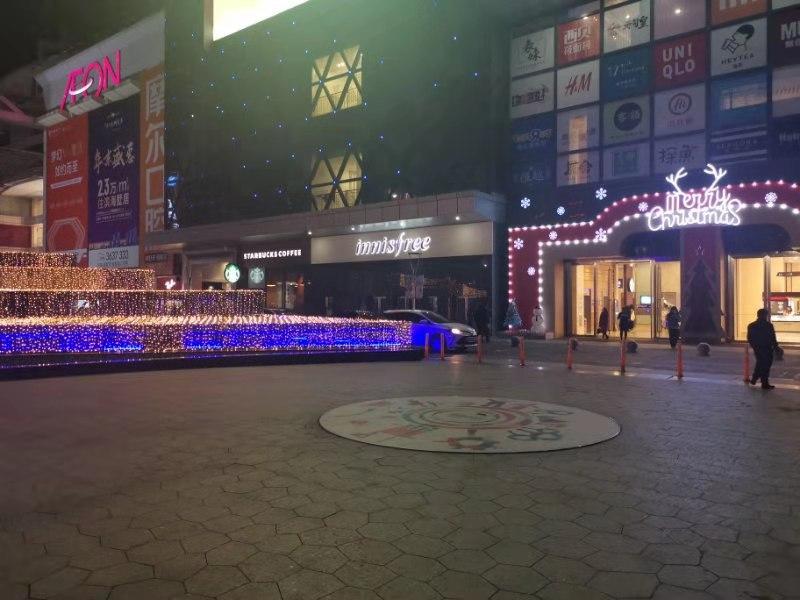 Innenstadt Zhuhai weihnachtlich geschmückt.