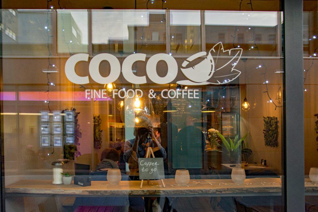 Fensterscheibe des Café Coco mit Schriftzug.