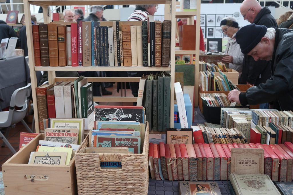 Regal mit Büchern und Bücherkisten