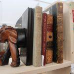 Buchstütze in Form eines halben Elefanten stützt alte Bücher.
