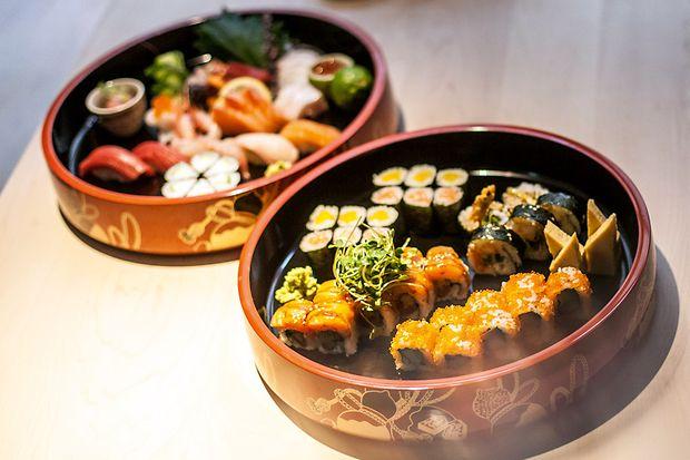 zwei Schalen mit verschiedenen Sushivariationen
