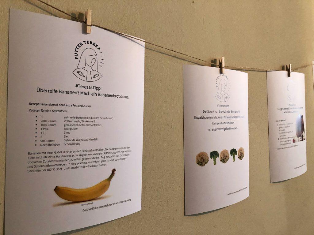 An der Wand ist eine Leine mit Wäscheklammern gespannt. An den Klammern hängen vier Blätter mit jeweils einem Tipp.