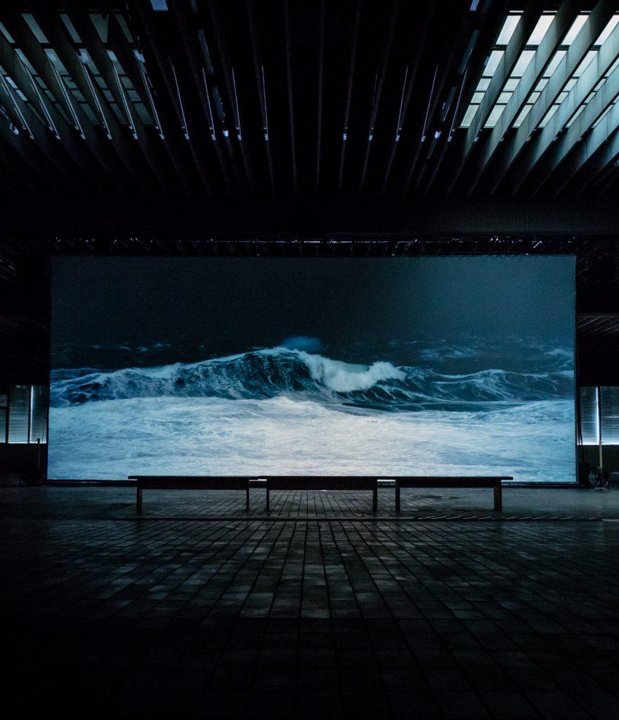Ein Bild von einer Welle in einem Lagerraum.