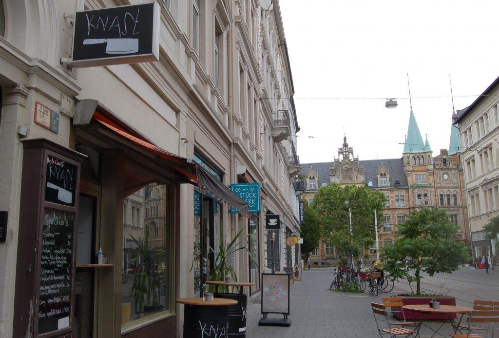 Eine Straße mit Geschäften.