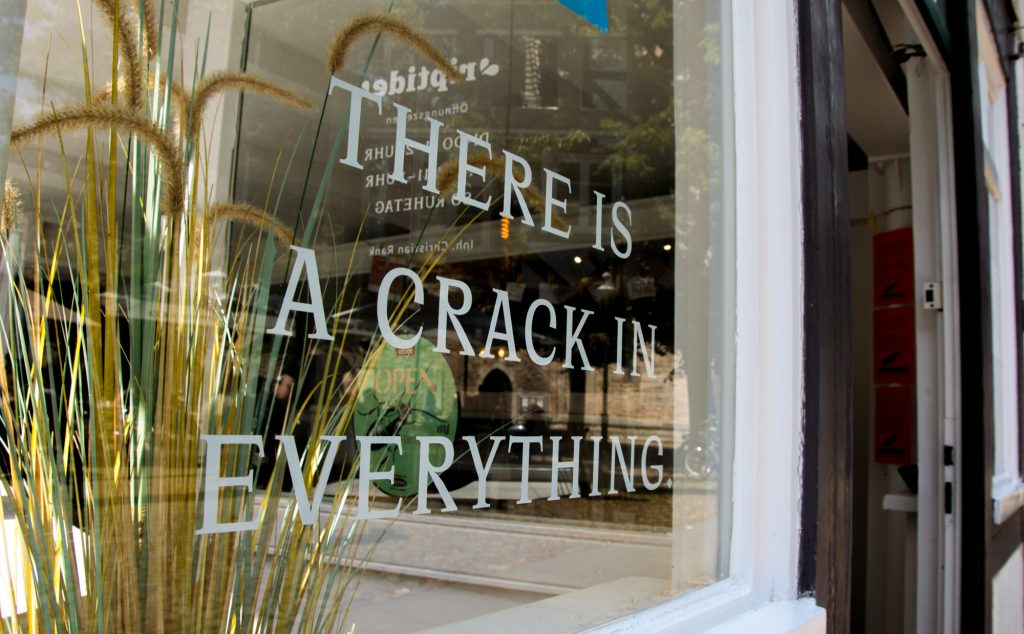 "Ein Schaufenster mit der Aufschrift ""There is a crack in everything"""