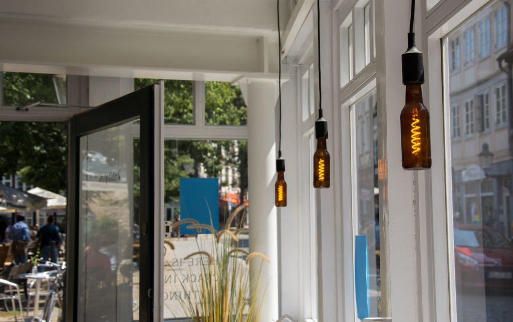 Ein Raum mit großen Fenstern und Hängelampen