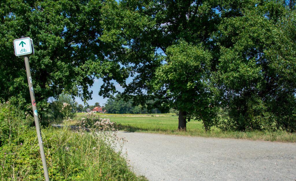 Ein Fahrradweg mit Schild