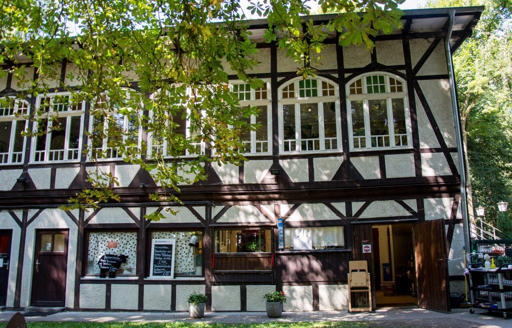 Ein Fachwerkhaus unter Bäumen