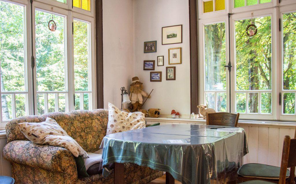 Ein altes Sofa vor einem Tisch im Innenraum