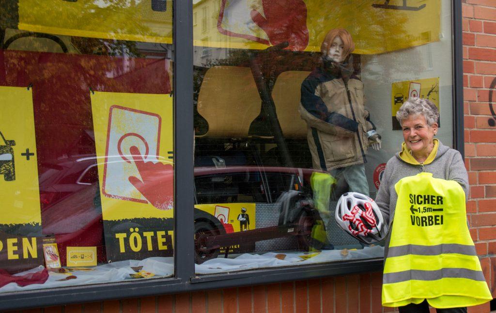 Heidrun Möbius vor dem Schaufenster der Verkehrswacht 2
