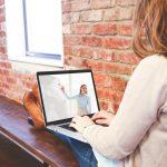 Eine Frau sitzt vor einem Laptop