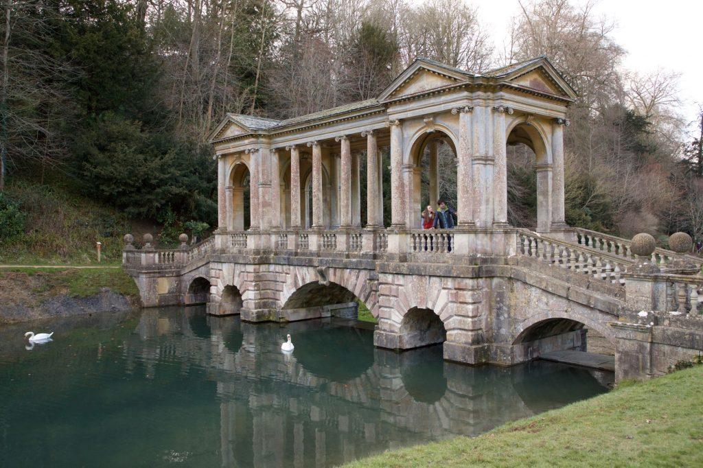 Eine steinerne Brücke über einem See.