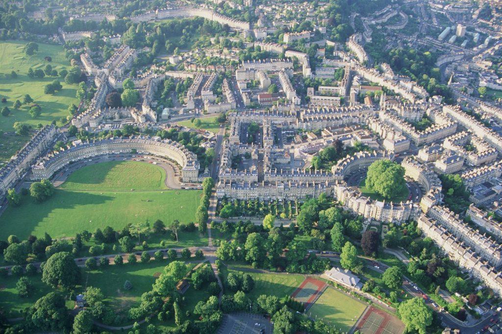 Luftbild einer historisch aussehenden Stadt
