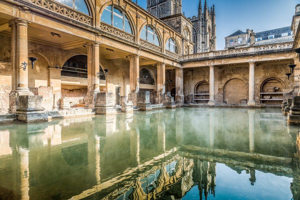 Ein großes Becken zwischen historischer Architektur