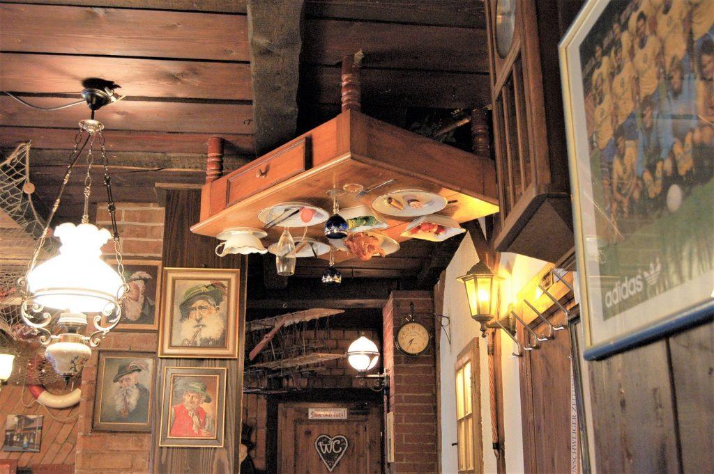 Im Mutter Habenicht gibt es in jeder Ecke und sogar an der Decke liebevolle Details zu entdecken.