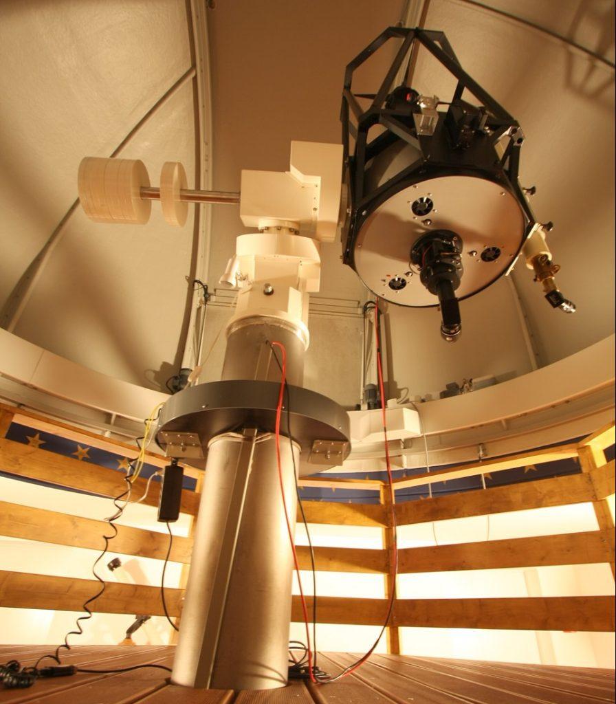 In goldenes Licht getaucht ist das Teleskop zu sehen.