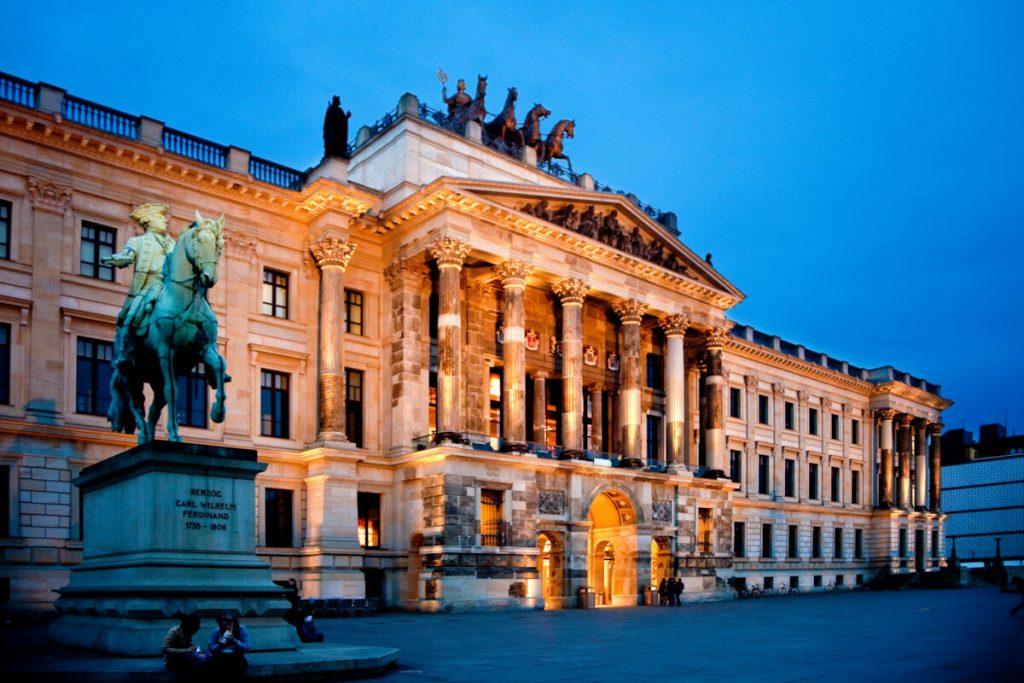 Residenzschloss Braunschweig in der blauen Stunde. Das Schloss ist beleuchtet.