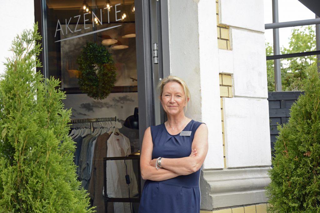 Kathrin Gericke hier am Eingang zu ihrem Geschäft Akzente.